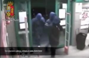 """Guarda la versione ingrandita di YOUTUBE """"Se reagisce prendi fucile a pompa e…"""": tre arresti a Milano per rapina"""