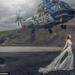 Sposa posa su scogliera, elicottero sfiora sua testa