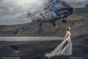 Guarda la versione ingrandita di YOUTUBE Sposa posa su scogliera, elicottero sfiora sua testa e…