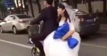 YOUTUBE Sposini in viaggio di nozze: scooter salta su dosso e lei…