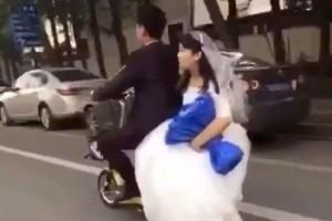 Guarda la versione ingrandita di YOUTUBE Sposini in viaggio di nozze: scooter salta su dosso e lei…
