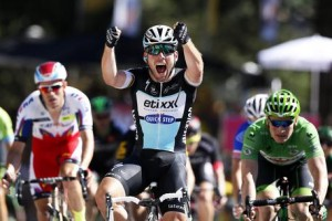 Guarda la versione ingrandita di Tour de France, vince Mark Cavendish. Caduta per Contador (foto Ansa)