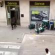 Toro in fuga entra in banca