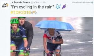 Tour de France, grandinata durante gara Pantano al traguardo con l'ombrello4