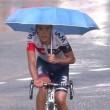 Tour de France, grandinata durante gara Pantano al traguardo con l'ombrello