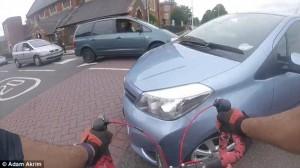 Trauma cranico per ciclista: colpito da auto che gira5