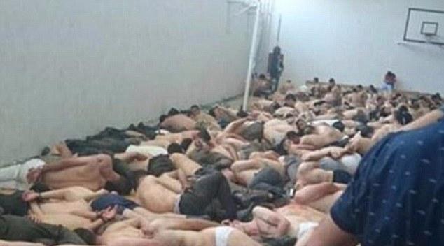 Turchia soldati pro-golpe spogliati e sdraiati a terra in una palestra