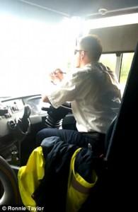 Autista guida e sterza pullman usando i gomiti