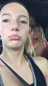 Guarda la versione ingrandita di YOUTUBE-FOTO Vespa in auto: i volti terrorizzati delle 2 ragazze al rallentatore