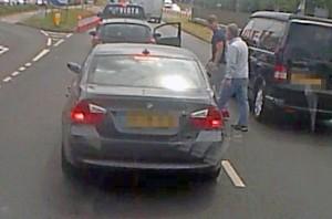 Violenta lite per strada: picchia automobilista da finestrino6