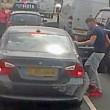 Violenta lite per strada: picchia automobilista da finestrino4