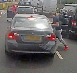 Violenta lite per strada: picchia automobilista da finestrino