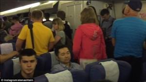 YOUTUBE Volo ritarda 7 ore: passeggera a bordo vuole divorziare 5