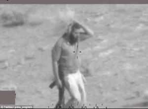Guarda la versione ingrandita di YOUTUBE Combattente Isis si mimetizza tra i cespugli per non essere colpito