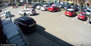 YOUTUBE La investe mentre le ruba auto: pensionata finisce su sedia a rotelle77
