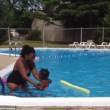 YOUTUBE Neonata a contatto con l'acqua piange disperata, la baby sitter...