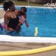 YOUTUBE Neonata a contatto con l'acqua piange disperata, la baby sitter...2