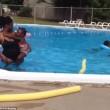 YOUTUBE Neonata a contatto con l'acqua piange disperata, la baby sitter...3