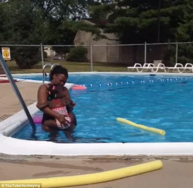 YOUTUBE Neonata a contatto con l'acqua piange disperata, la baby sitter...7