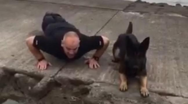 Poliziotto e cane, piegamenti sulle braccia insieme