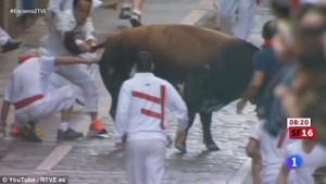 San Firmino, toro sta per incornare donna9
