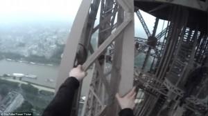 Guarda la versione ingrandita di YOUTUBE Scalano Torre Eiffel: a 300 metri da terra senza protezioni