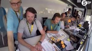 Guarda la versione ingrandita di YOUTUBE Tour de France, ai telecronisti della Bbc crolla scrivania, loro…