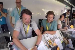 Tour de France, ai telecronisti della Bbc crolla la scrivania6