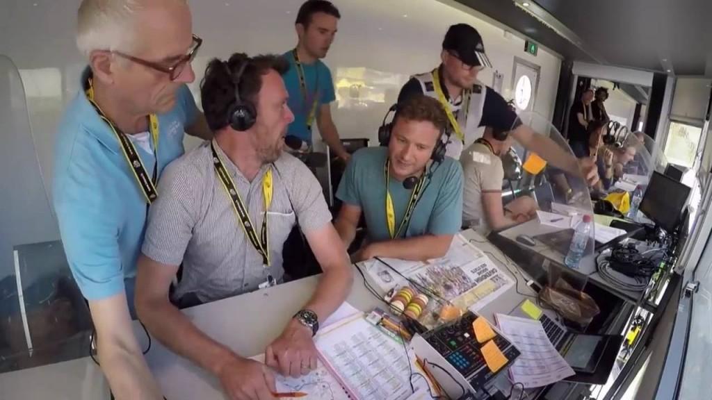 Tour de France, ai telecronisti della Bbc crolla la scrivania4