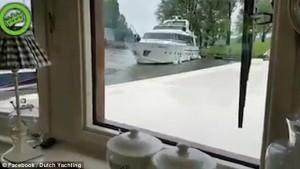 Guarda la versione ingrandita di YOUTUBE Yacht lusso cerca di attraccare: prima colpisce banchina, poi altre barche