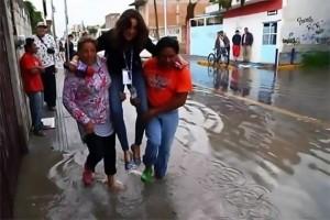 YOUTUBE Giornalista si fa portare in braccio da vittime inondazione, licenziata
