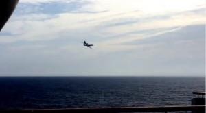 Guarda la versione ingrandita di VIDEO YOUTUBE Aereo marina francese sfiora la nave da crociera