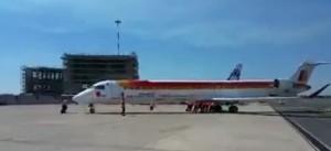 YOUTUBE Roma Fiumicino: aereo spinto a mano fino alla pista