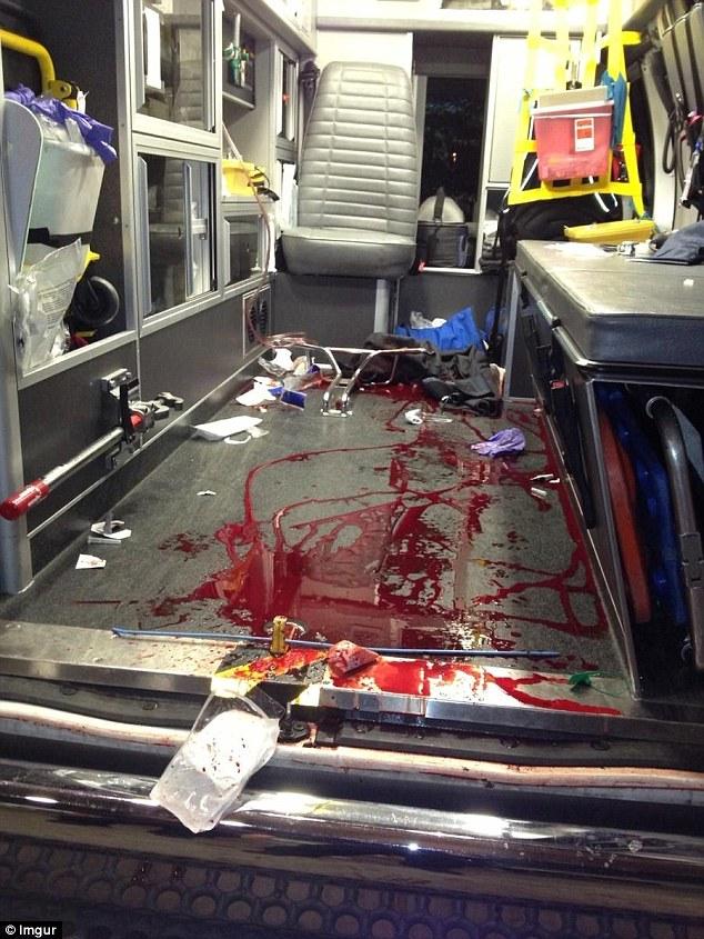 """Dallas, ambulanza insanguinata. Paramedico posta FOTO CHOC: """"Basta violenza"""""""