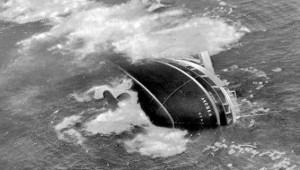 Naufragi, che differenza c'è fra Andrea Doria e Concordia, fra Pietro Calamai e Francesco Schettino, onore e disonore. Nella foto, la Andrea Doria sta per colare a picco. Calamai voleva restare a bondo e morire con la sua nave