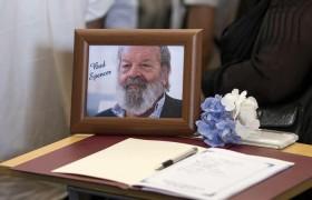 YOUTUBE Funerali Bud Spencer: arriva Gabriele Paolini e scoppia la rissa