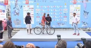 YOUTUBE Antonia Liskova al Giffoni Festival: sale in bici e si vede...