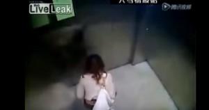 YOUTUBE donna in ascensore: entra, si cala le mutande e...