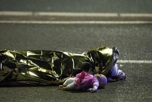 Attentato di Nizza: FOTO bambola accanto a cadavere