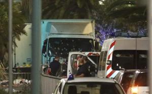 VIDEO YOUTUBE Attentato Nizza, il camion si lancia sulla folla inerme