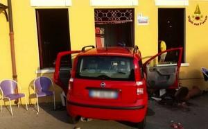 Guarda la versione ingrandita di Pensionata finisce con l'auto dentro il bar: morta, ferito il figlio