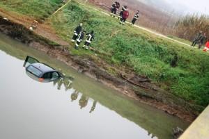 Incidente stradale a Cuneo: auto finisce nel canale, un morto