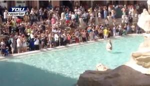 Fontana di Trevi: bionda si fa bagno come Anita Ekberg, fermata dalla polizia