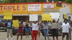 YOUTUBE Baton Rouge, polizia immobilizza nero e gli spara a terra