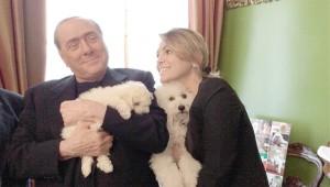 Guarda la versione ingrandita di Berlusconi, Francesca Pascale, Dudù e Dudina ai bei tempi del