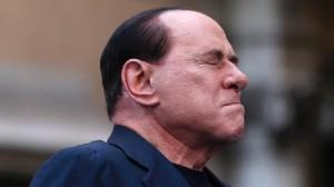 Berlusconi si frattura due dita, incastrate nella portiera dell'auto