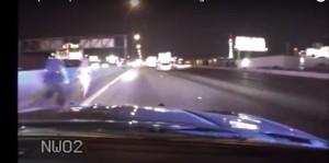 Guarda la versione ingrandita di Corre in bikini in mezzo al traffico: poliziotto la salva
