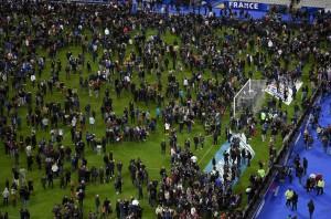 Guarda la versione ingrandita di Francia-Portogallo, allarme bomba davanti a albergo Blues (nella foto, il caos allo Stade de France nel giorno degli attentati a Parigi)