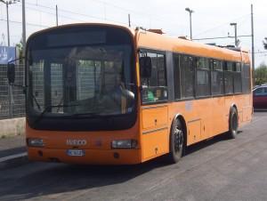 Controllo sul bus chiede il biglietto: picchiato e minacciato di morte