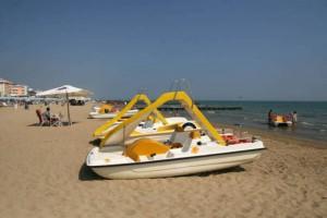 Sottomarina di Chioggia, si tuffa da pedalò e scompare in mare: morto